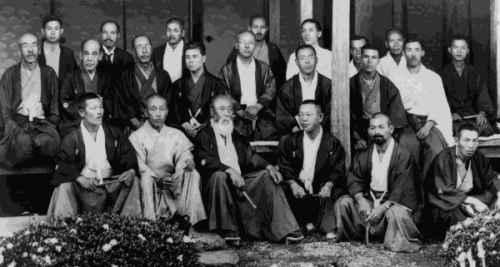 Alumnos de Musô Jikiden Eishin ryû, en el centro, abajo, con barba blanca, Ôe Masaji, sobre él, a la izquierda, Yamauchi Toyotake