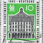 Thu, 2020-10-29 00:43 - Postage stamp - Leipzig Autumn Fair 1962 - Municipal department store in Leipzig, trade fair sign - Issue value: 10 Pfennig (GDR 1962); Timbre-poste - Foire d'automne de Leipzig 1962 - Grand magasin municipal de Leipzig, enseigne du salon - Valeur d'émission: 10 Pfennig (RDA 1962)