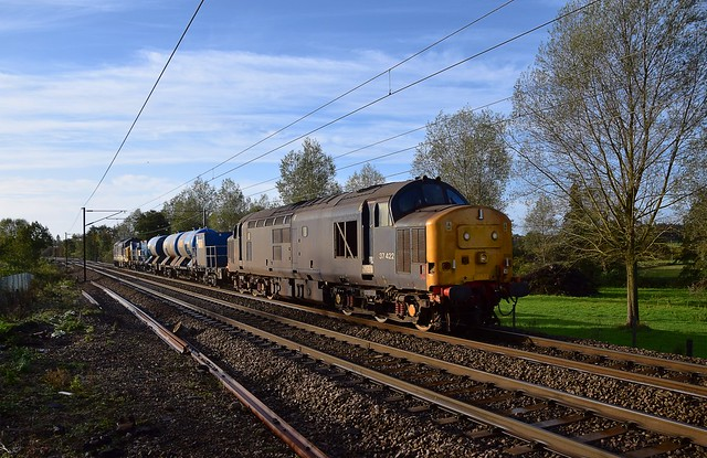 The 08.27 Stowmarket RHTT run to Dereham, 6Z85 with 37422 leading and 37425 trailing in the early morning Sun at Lancasters Xing. 28 10 2020