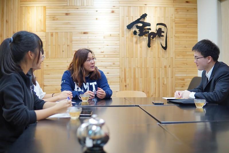 陳玉珍在充滿金門元素裝潢的辦公室裡接受師大青年報訪問。圖/陳玉珍辦公室提供