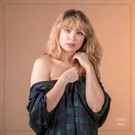 Shooting photo boudoir avec chemise à carreaux dans le Val de Marne