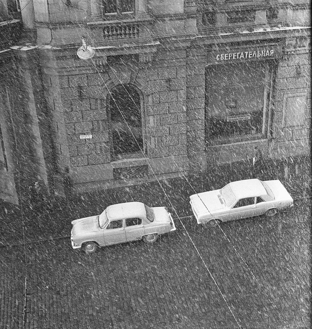 1970-е. Кузнецкий мост. Начало зимы. (Угол Кузнецкого моста)