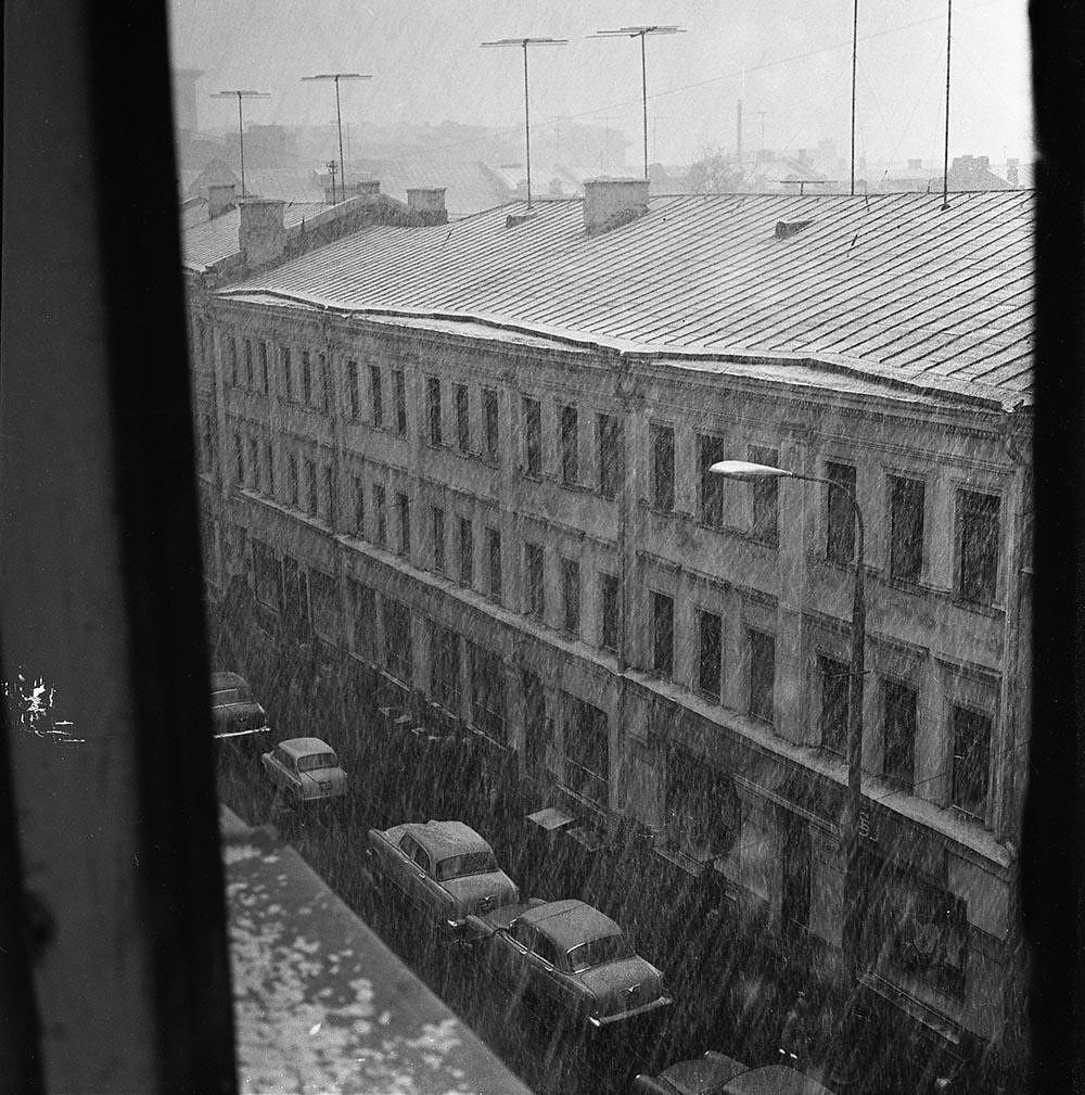 1970-е. Кузнецкий мост. Начало зимы. (Вид на Рождественку в сторону Пушечной улицы)