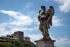 Ange portant un vêtement et des dés, Paolo Naldini, Pont Saint-Ange, Rome, 2020