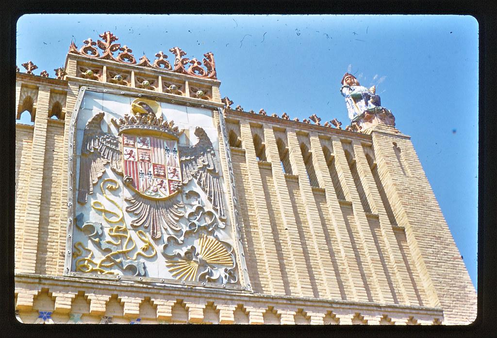 Decoración en cerámica del edificio de la Escuela de Artes de Toledo hacia 1965. Anónimo belga, película Kodachrome. Colección personal de Eduardo Sánchez Butragueño