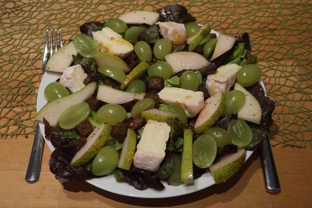 Zutaten für Herbstsalat mit Birnen, Trauben, Weichkäse und geröstetem Roggenbrot (mein Teller)
