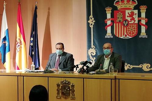 Blas Trujillo (i) y Anselmo Pestana (d) durante la presentación de la intensificación de la vigilancia contra las fiestas ilegales de los Finaos y Halloween