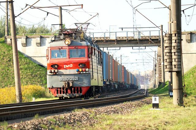 Электровоз ВЛ80с-2521 с грузовым составом отходит со станции Орша-Центральная.