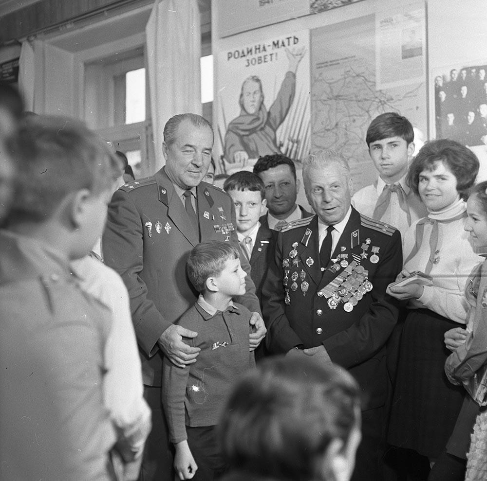 1970-е. Герой Советского Союза Бабанский на встрече с пионерами