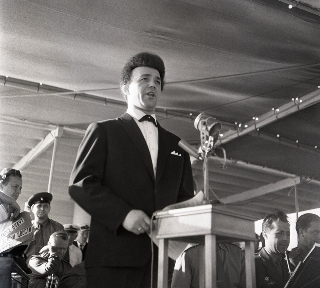 1970. Иосиф Кобзон исполняет песню «На Марсе будут яблони цвести»