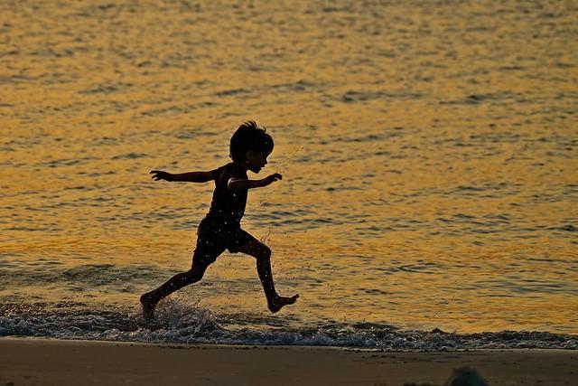 Diego correndo na praia