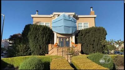 una familia de San Francisco que decidió disfrazar a su casa con una enorme mascarilla