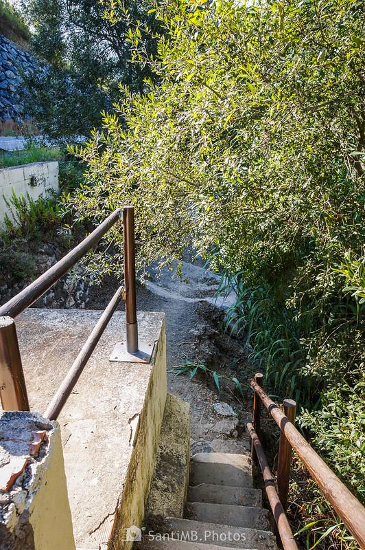 Escaleras de la caseta del agua que conducen al Camí del Rec