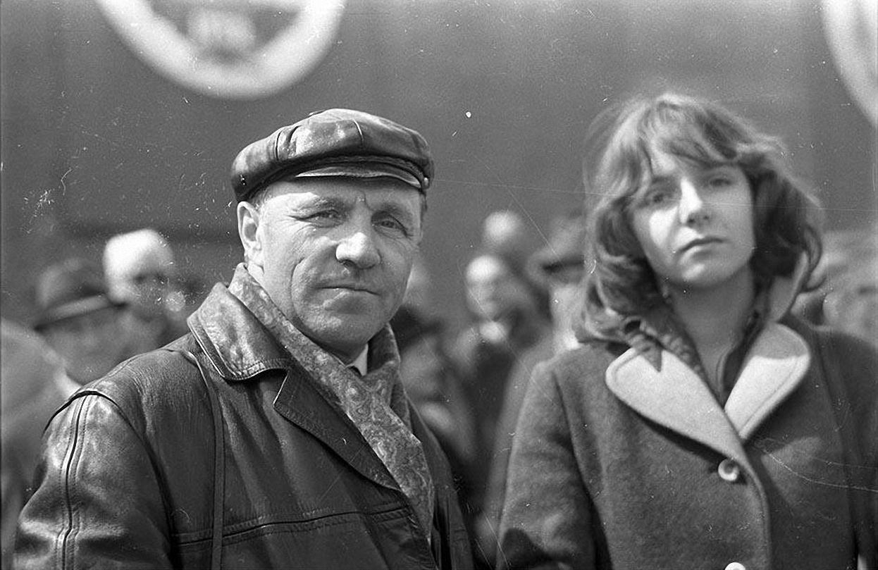 1970-е. Актер М. Ульянов с дочерью на демонстрации