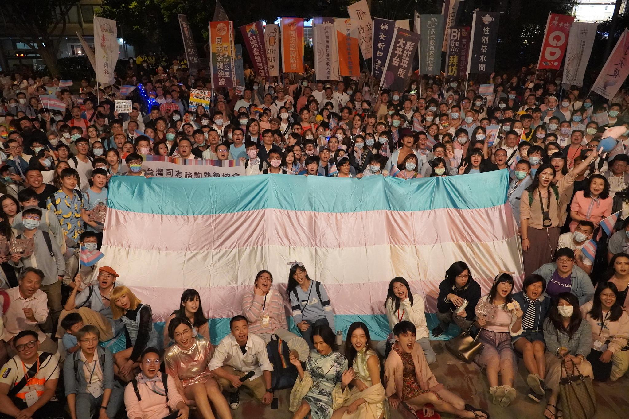 眾人走回遊行終點並和「跨性別旗」合照。(攝影:張智琦)