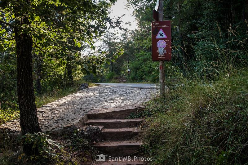 Camí Vell de l'Abellera cruzando la carretera