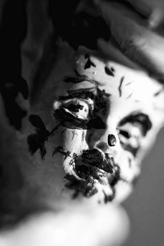 Schwarz Weiß Makro Kunst Fotografie Skulptur Portrait Halloween – Dutch Angle.