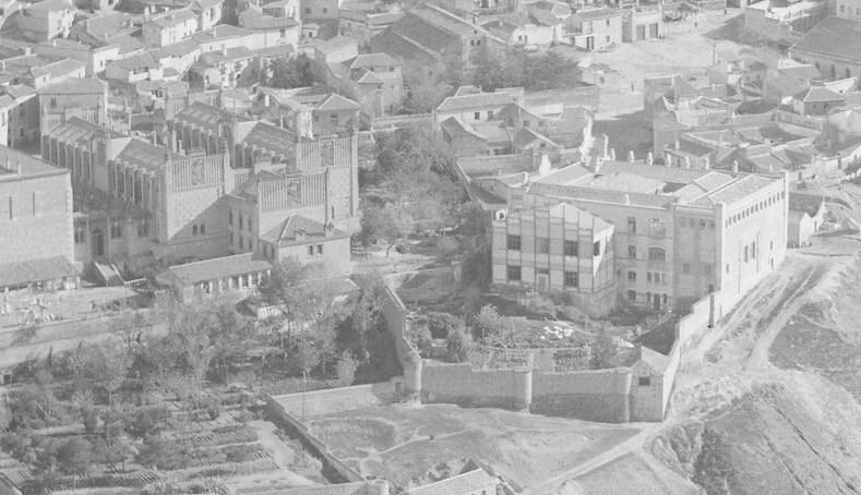 Foto aérea de la Escuela de Artes en 1928. Detalle de una foto de Luis Ramón Marín. Se aprecia el nuevo edificio de la zona de Santa Ana justo antes de demoler el edificio provisional que aparece pegado a él
