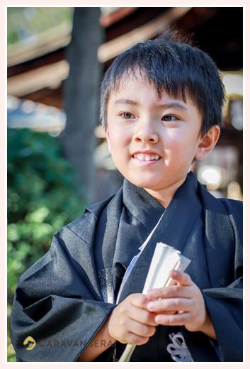 七五三 扇子を手にする5歳の男の子