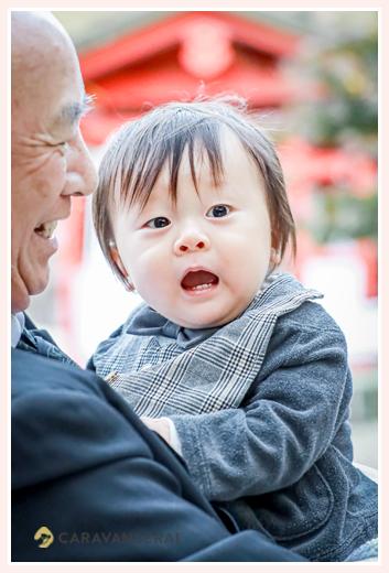 1才の男の子 おじいちゃまに抱っこされて