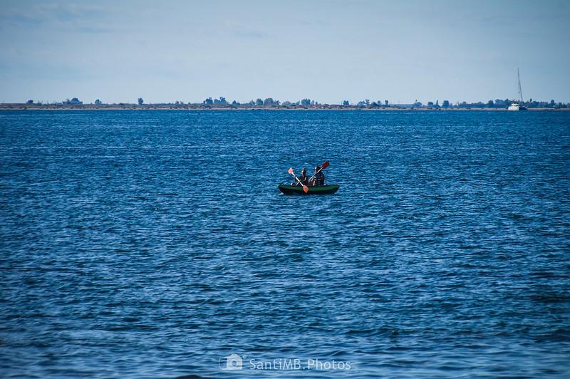 Piragüistas navegando frente a las cosas del Perelló y l'Ampolla