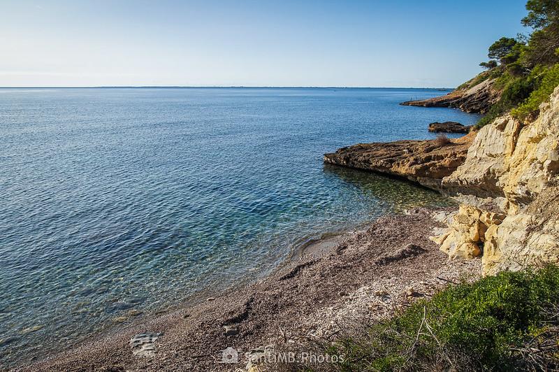 La Cala Garretes y el Delta del Ebro sobre el horizonte