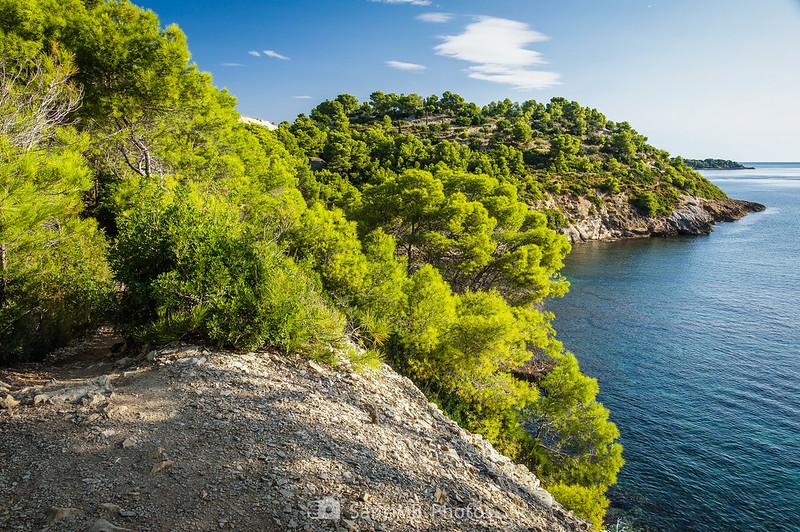 El Lloms dels Matxos y la Punta de l'Àliga llegando a Cala Garretes