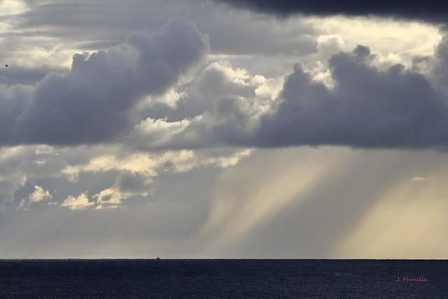 Nubes y rayos de sol en la mar IMG_3764r