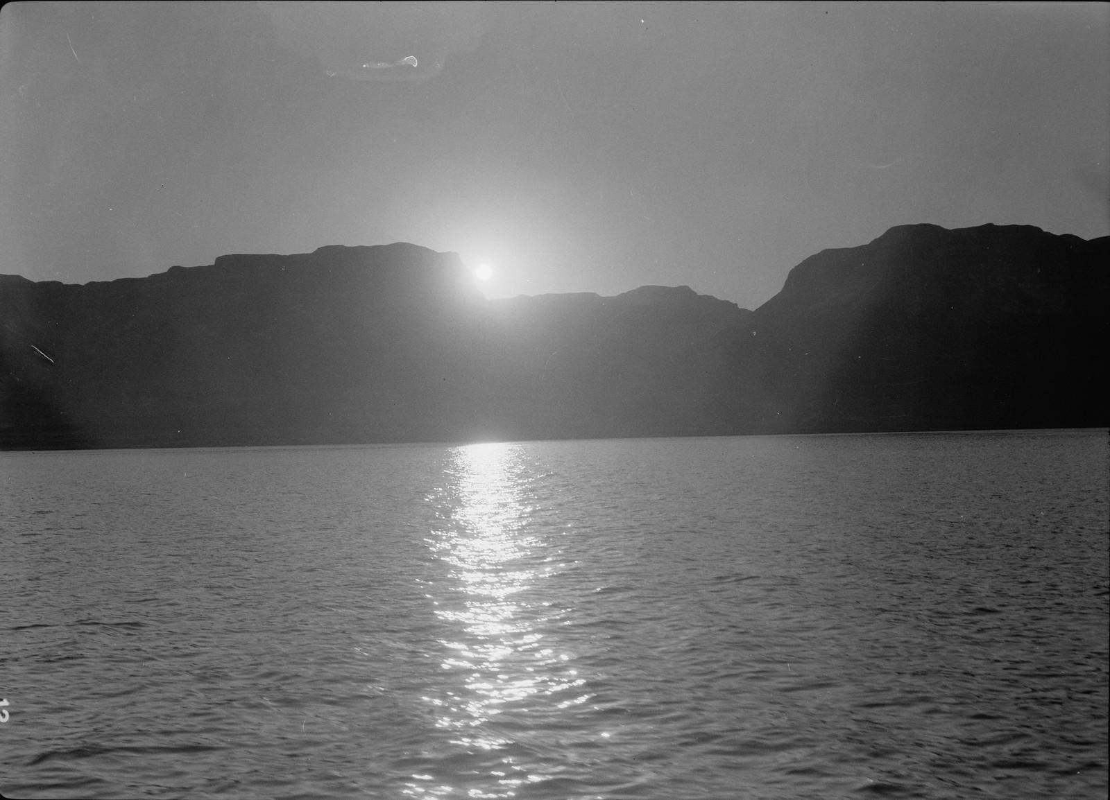 26. Солнце заходит за крутой западный берег