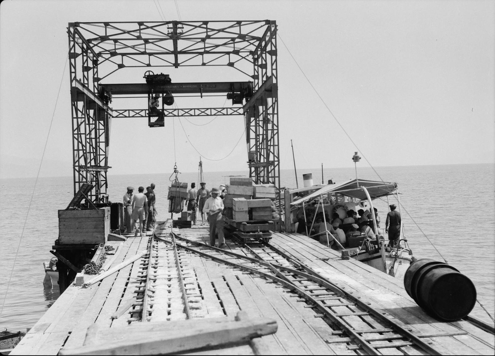 19. Пассажирский моторный катер, отправляющийся в южный конец Мертвого моря