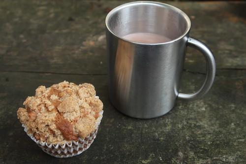 Walnuss-Apfel-Muffin und heißer Kakao (mein erster Muffin und mein Kakao)