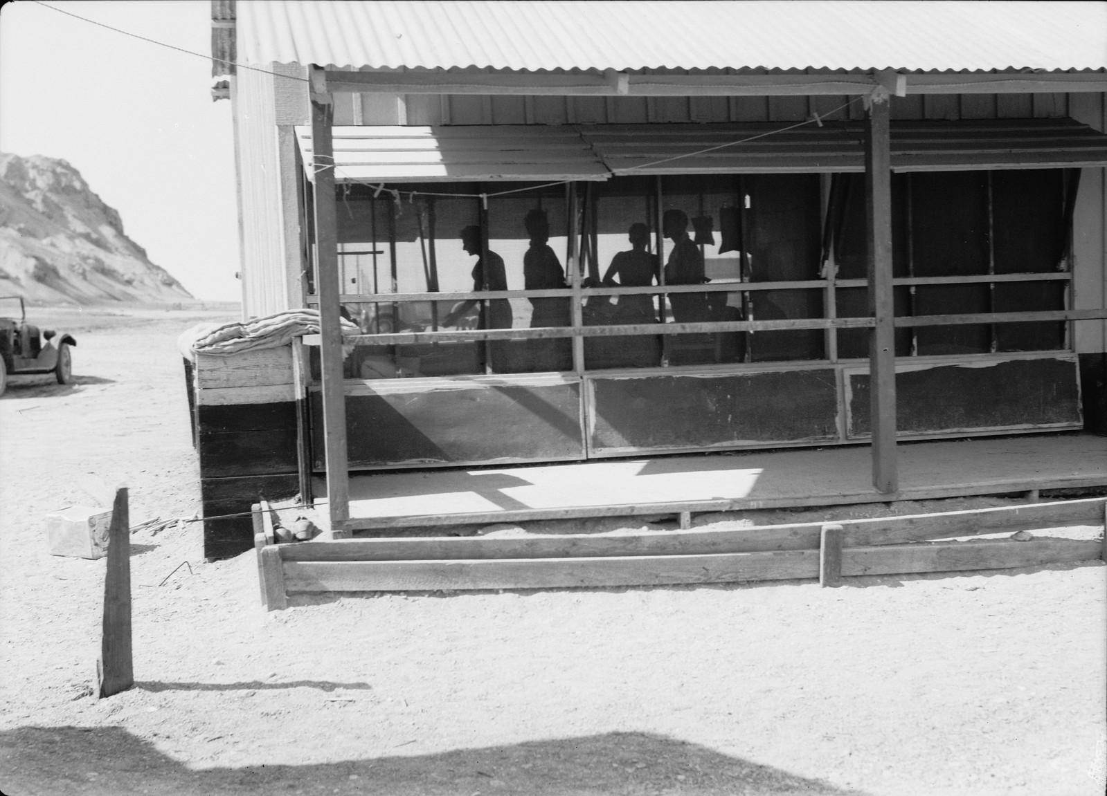 03. Дома в лагере открыты с обеих сторон