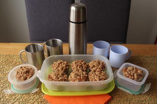 Walnuss-Apfel-Muffin und heißer Kakao (verpacken für Transport)