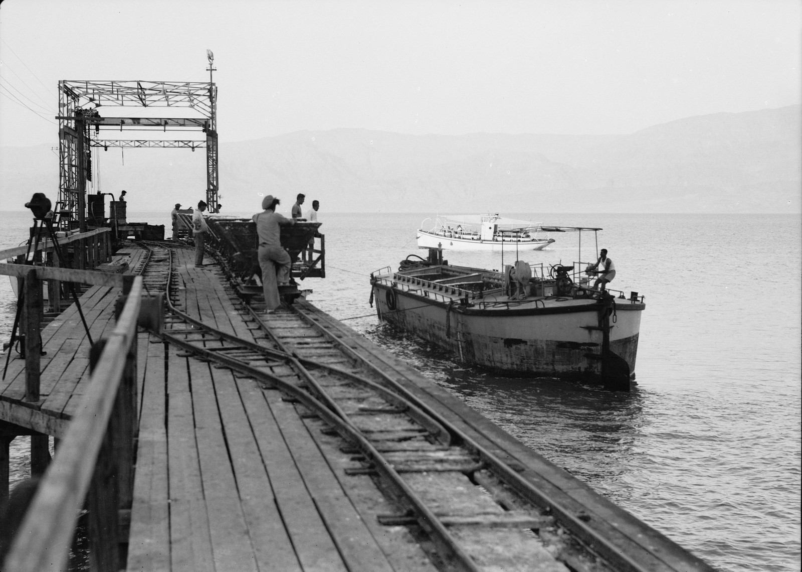 12. 100-тонная баржа подтягивается к пирсу Усдум для загрузки калийных удобрений для севера