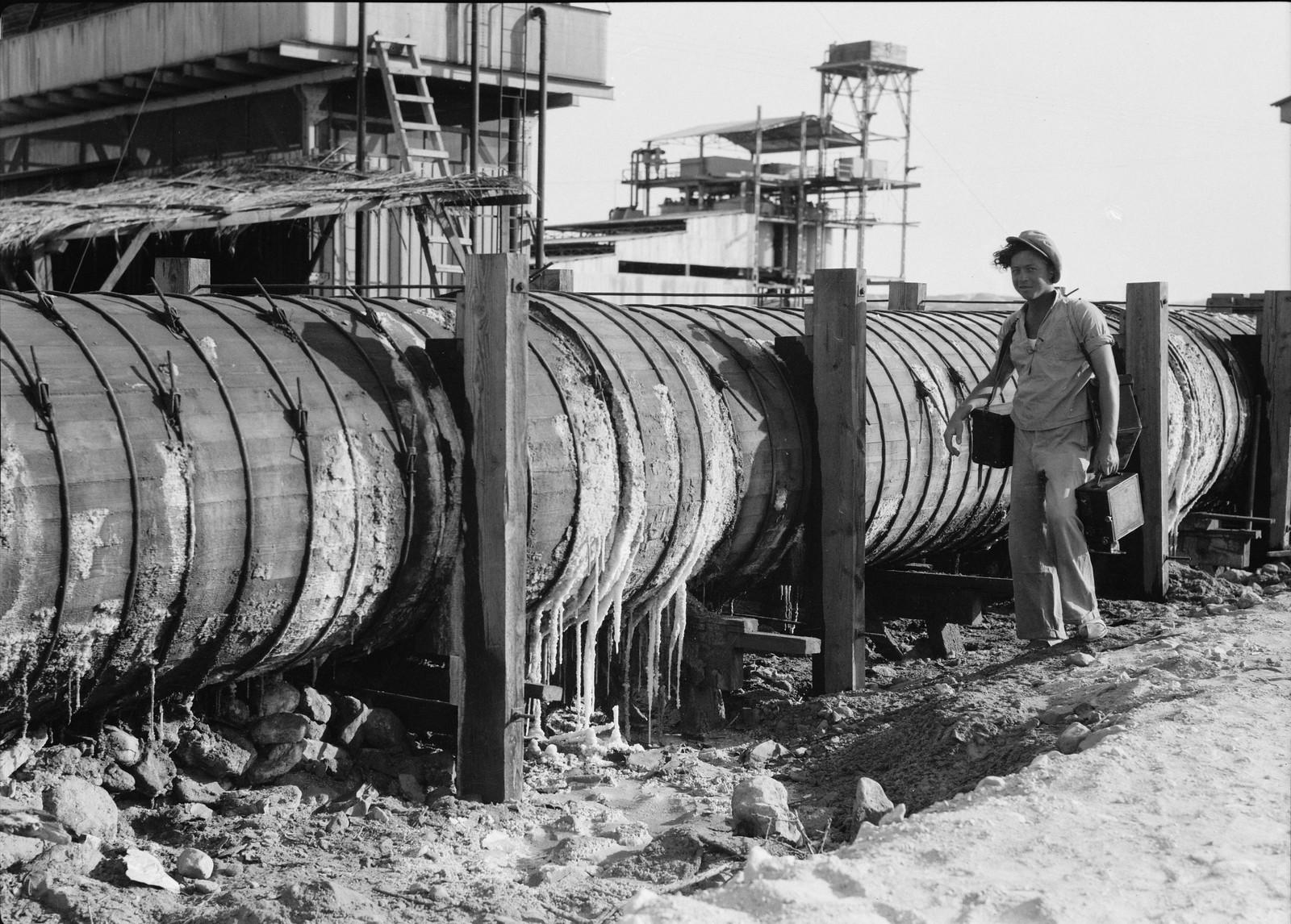 09. Деревянная труба высотой четыре фута, по которой вода Мертвого моря поступает в большие испарительные ванны