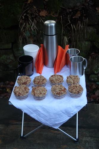 Walnuss-Apfel-Muffins und heißer Kakao (Tischbild)