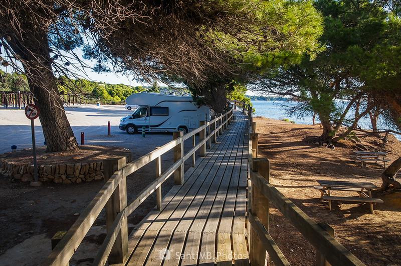 Aparcamiento y pineda de la playa de Santa Llúcia