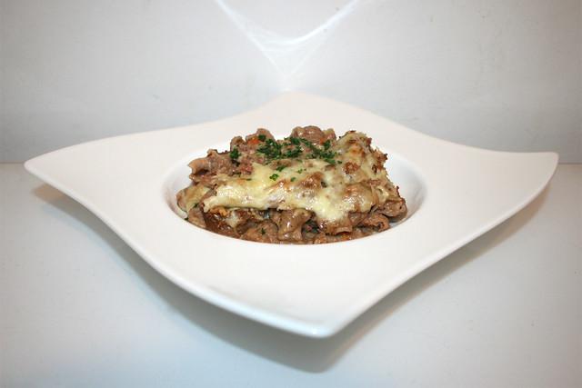 41 - Corned beef sauerkraut pasta bake - Side view / Vollkorn-Nudelauflauf mit Corned Beef & Sauerkraut - Seitenansicht