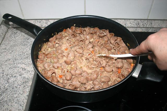 34 - Stir noodles with sauce / Nudeln mit Sauce vermischen