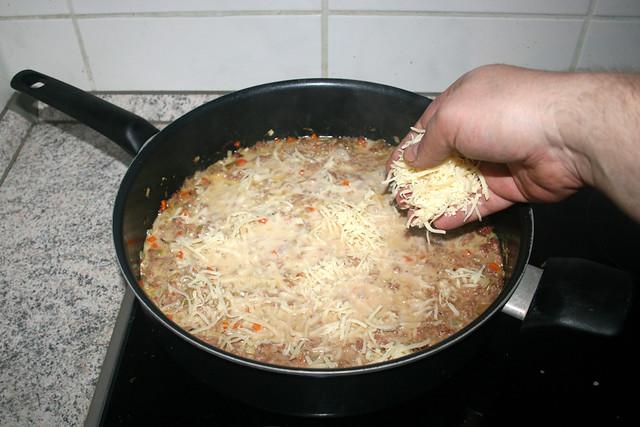 30 - Add half of grated cheese / Hälfe des geriebenen Käses einstreuen