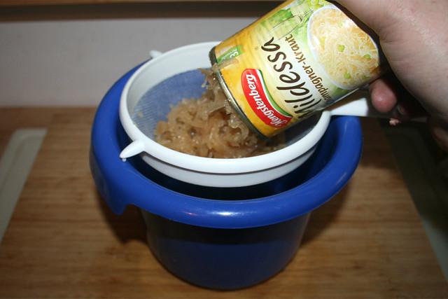 12 - Drain sauerkraut / Sauerkraut abtropfen lassen