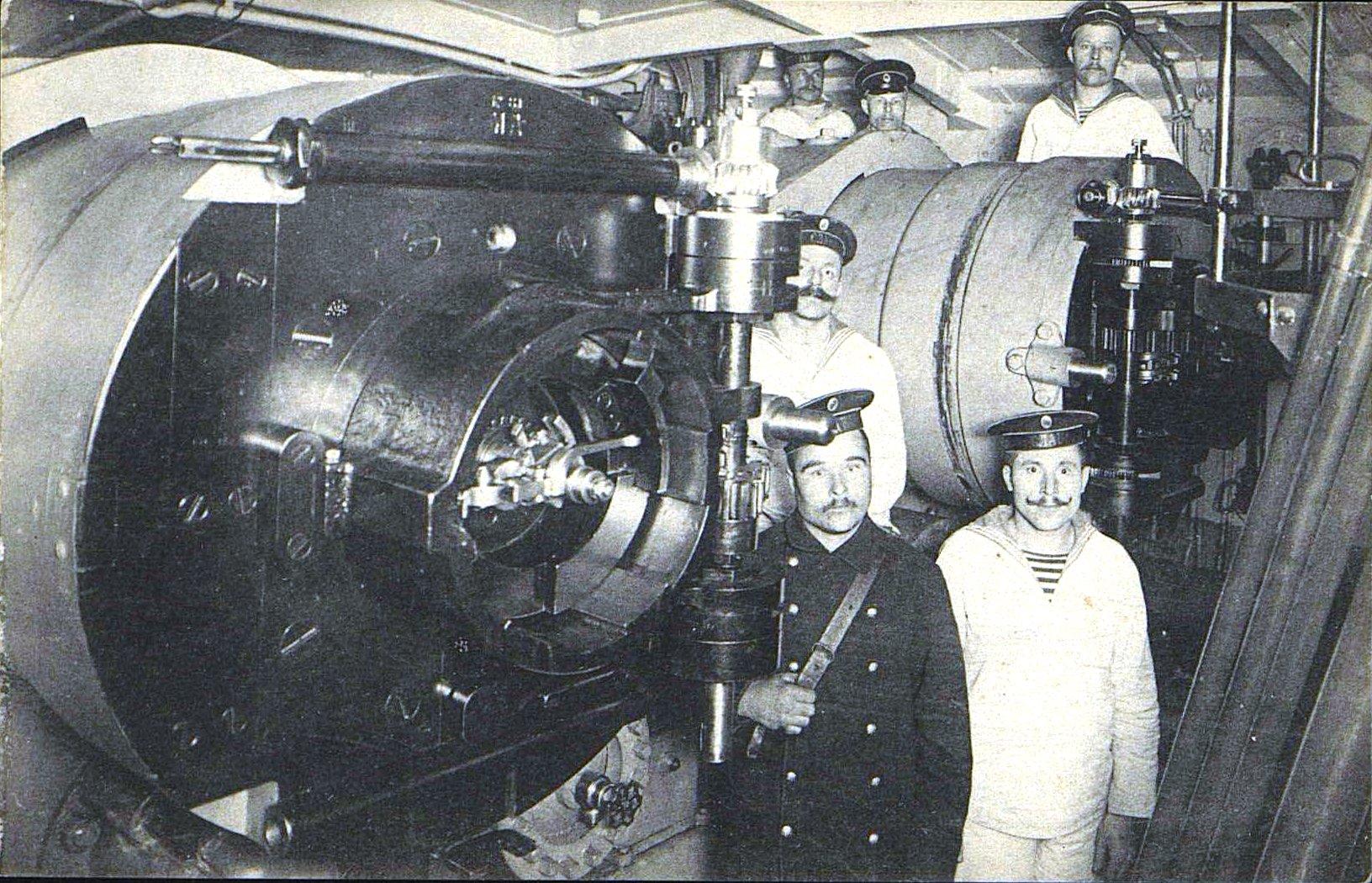 21. Матросы в башне артиллерийского орудия