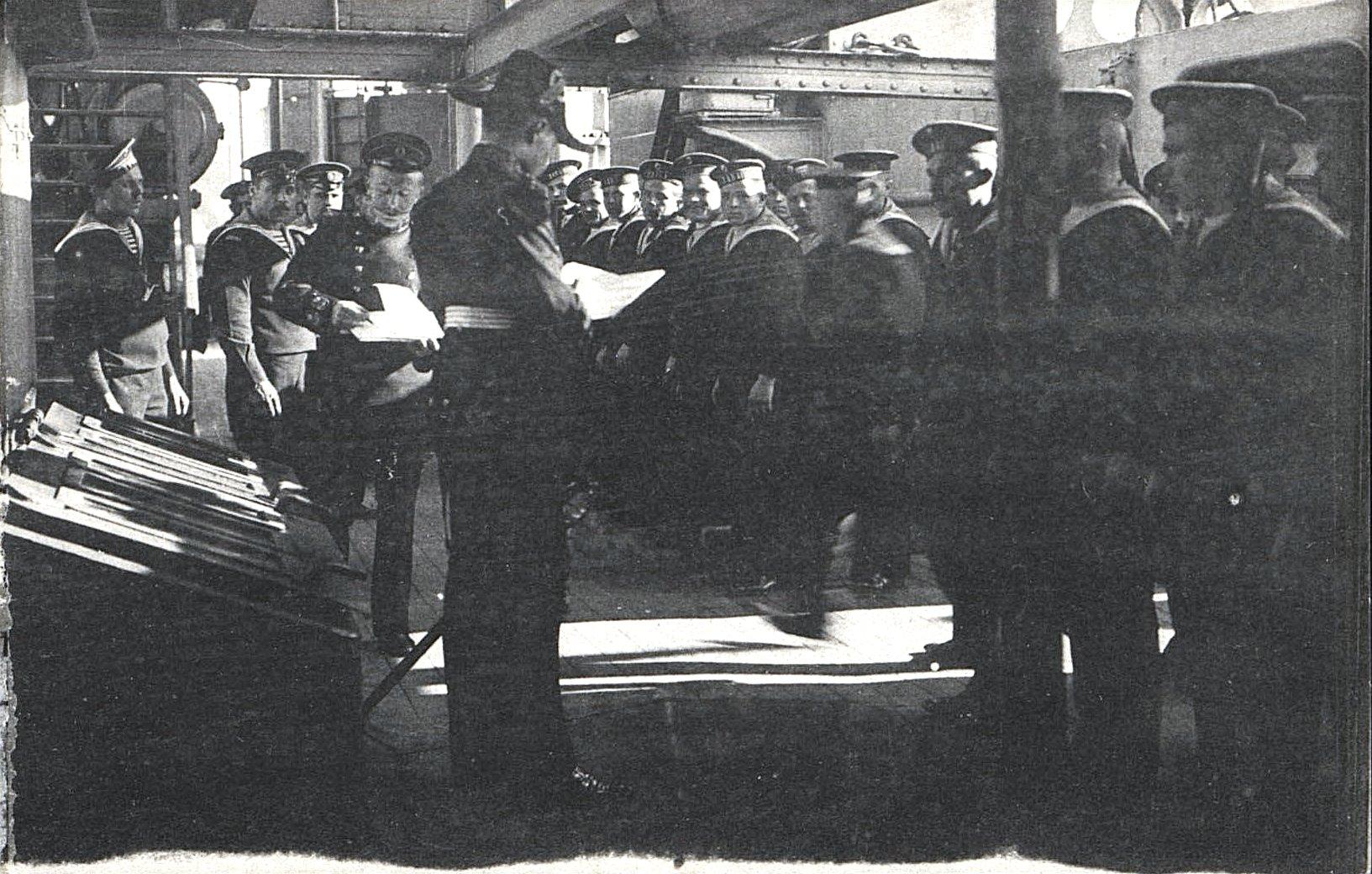 16. Офицеры зачитывают матросам бумаги