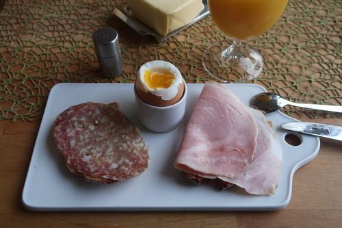 Metzgerschinken und Salami auf Dinkelquarkbrot zum Frühstücksei