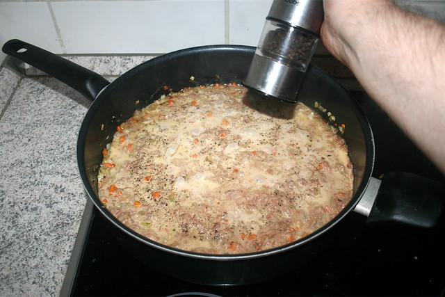 32 - Taste with pepper / Mit Pfeffer abschmecken