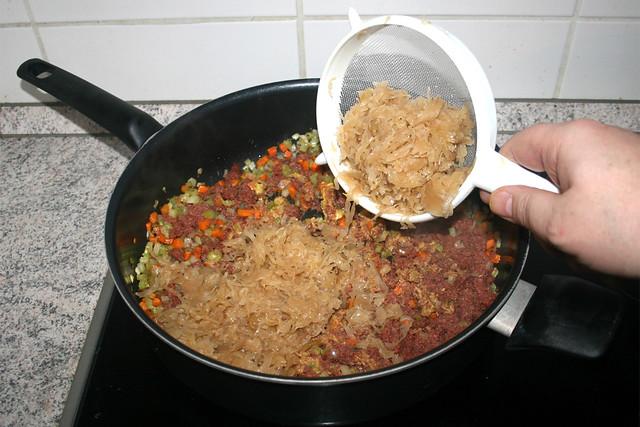 25 - Add sauerkraut / Sauerkraut hinzufügen