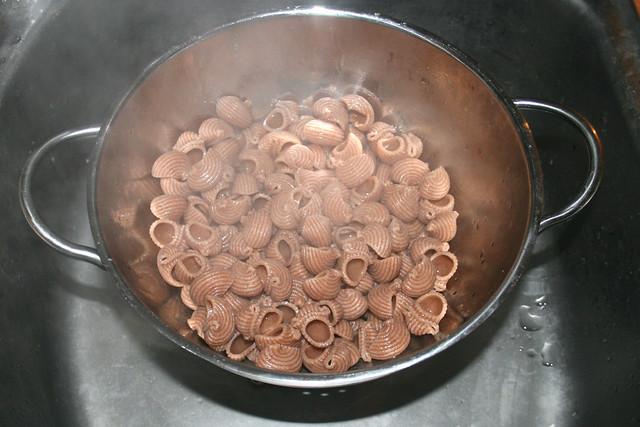 16 - Drain noodles / Nudeln abtropfen lassen