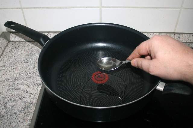 13 - Heat oil in pan / Öl in Pfanne erhitzen