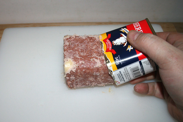 10 - Take corned beef from can / Corned Beef aus Dose nehmen