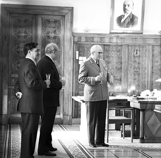1976. Председатель КГБ СССР Юрий Владимирович Андропов с бокалом шампанского в своем кабинете на Лубянке